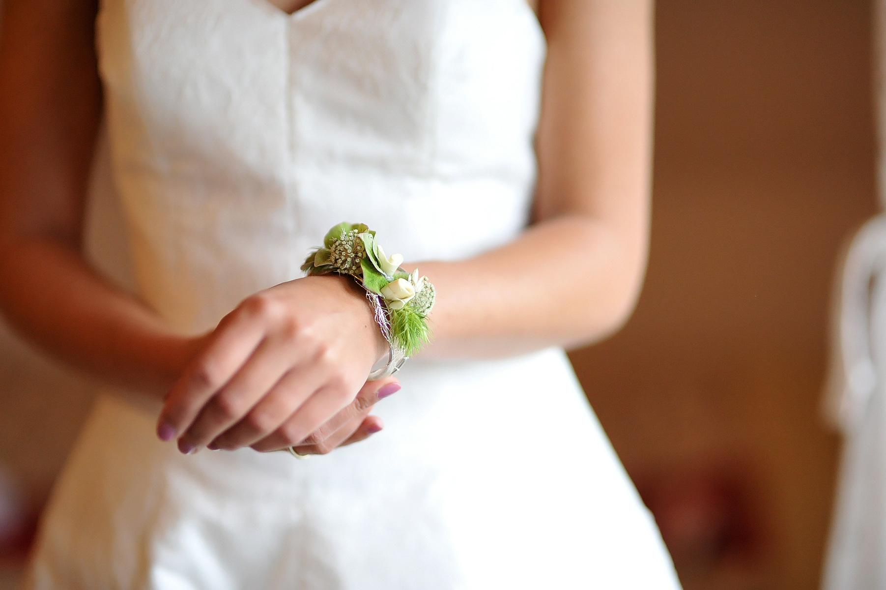 Hochzeitsfotografie Ankleiden Braut, Koblenz, Lahnstein, Neuwied, Bendorf, Kobern-Gondorf, Bonn, Köln, Frankfurt, Hochzeitsreportage, Hochzeitsfotografin Nicole Bouillon Fotografie